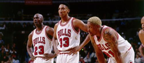 Michael Jordan, Scottie Pippen e Dennis Rodman foi o trio que marcou época no Chicago Bulls pela NBA nos anos 90. (Arquivo Blasting News)
