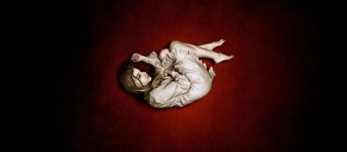No filme 'Deixe-me Entrar', o pai da menina morre após lhe ceder todo o sangue. (Reprodução/Netflix)
