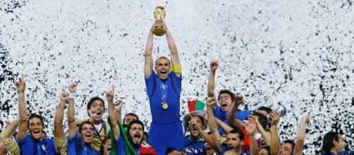 A Itália levantou o tetracampeonato mundial em 2006, após bater a França nos pênaltis. (Arquivo Blasting News)
