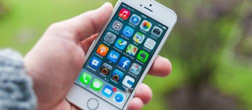 Apple, iOS 14 chiede consenso per tracciare i dati: problema per gli annunci di Facebook e Google.
