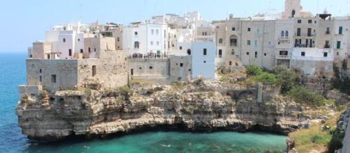 Bari, 25enne perde la vita dopo essere caduto dalla scogliera a Polignano a Mare.