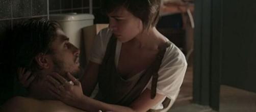 """A estudante acabará ajudando o rapaz a se reerguer em """"Totalmente Demais"""". (Reprodução/TV Globo)"""