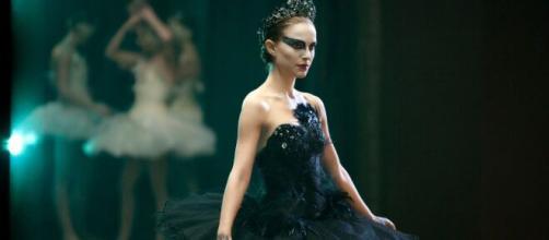 Bailarina do filme 'Cisne Negro' se apresentando. (Reprodução/YouTube)