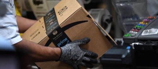Lavoro Amazon, l'azienda ricerca operatori di magazzino.