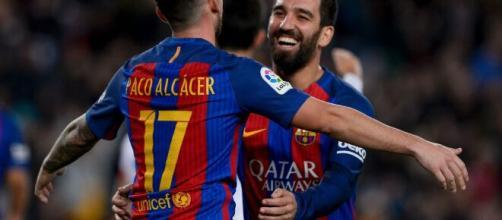 O atacante Alcácer e o meio Turan não conseguiram se firmar no Barcelona. (Arquivo Blasting News)