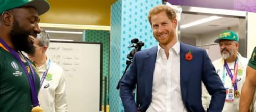 Prince Harry visits the South African rugby team in their dressing room. [Image Source: Breaking News/YouTube]
