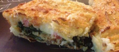 Sformato di patate ripieno di spinaci, un piatto saporito.