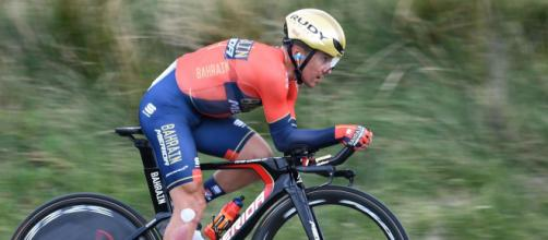 Tour de France, Pozzovivo cade in seguito al tentativo di un tifoso di scattare un selfie.
