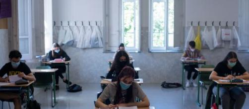 Universitarios vuelven a clases usando mascarillas