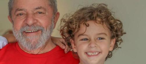 Ex-presidente Lula e seu neto Arthur. (Reprodução/Redes Sociais)