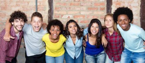 Un grupo de jóvenes sonriendo. Imagen de archivo