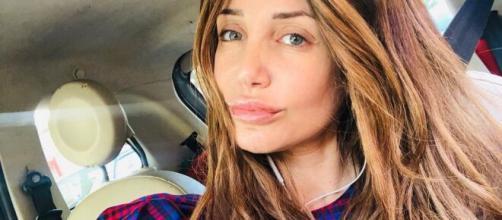 Deianira Marzano coinvolta in un incidente: il vetro della doccia si è frantumato e si è tagliata.