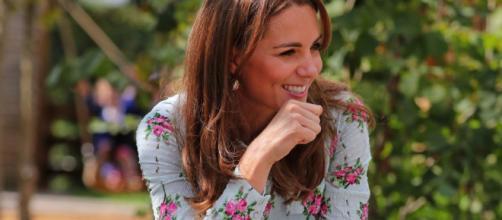Kate espectacular con un vestido azul floral