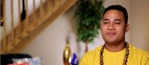 '90 Day Fiancé': Fans disgusted as Asuelu smooches his mom. [Image Source: TLC/ YouTube]