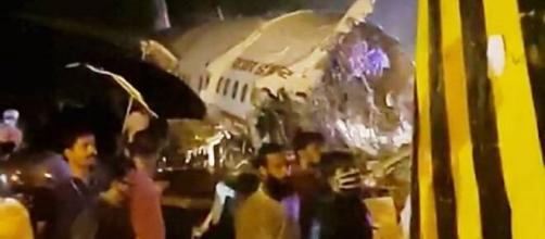 Avião se parte em dois em acidente na índia. (Reprodução/Redes Sociais)