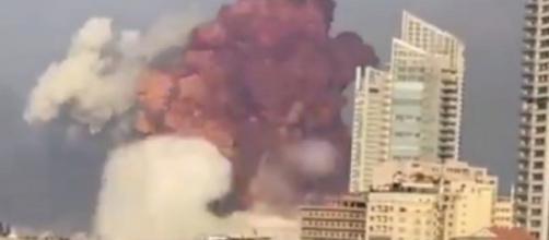 Momento da explosão no porto de Beirute, motivada por estoque excessivo de nitrato de amônio. (Arquivo Blasting News)