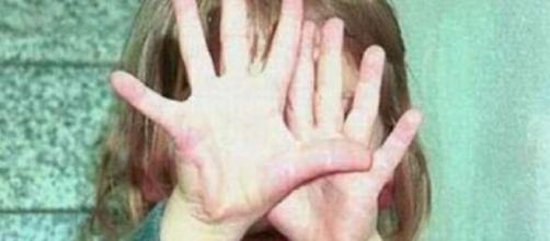 Bambina di 7 anni picchiata e violentata dal papà: la mamma sapeva e non ha fatto nulla.
