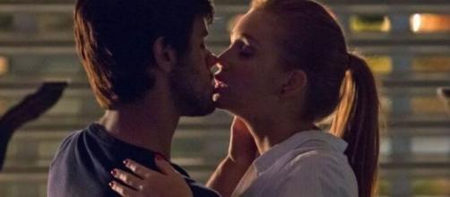 """Eliza e Jonatas se beijam em """"Totalmente Demais"""". (Reprodução/TV Globo)"""