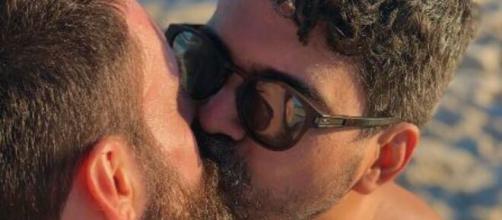 Instagram exclui foto de beijo entre namorados por 'violar diretrizes de comunidade'. (Reprodução/Instagram)