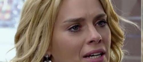 Teodora fica assustada com Quinzé em 'Fina Estampa'. (Reprodução/ TV Globo)
