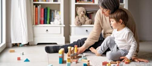 Nuovo contratto lavoro domestico, molte le novità per baby sitter e famiglie.