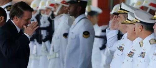 Presidente Jair Bolsonaro na companhia de militares. (Arquivo Blasting News)