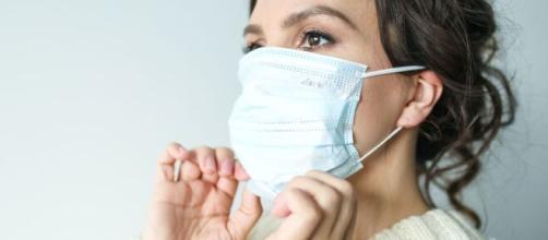 Alertan para no quitarse la mascarilla del coronavirus en el ascensor