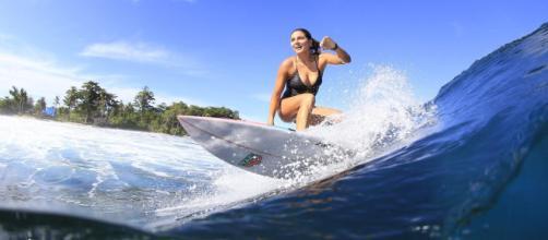 Esportista de 33 anos, Maya Gabeira realiza feito inacreditável de surfar onda mais alta do mundo. (Arquivo Blasting News)