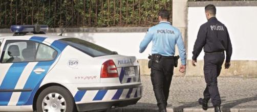 Desacatos e danos numa farmácia resultaram em 2 agentes da PSP agredidos.