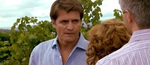 Jerônimo fica furioso ao ver a esposa com Augusto. (Reprodução/Televisa)