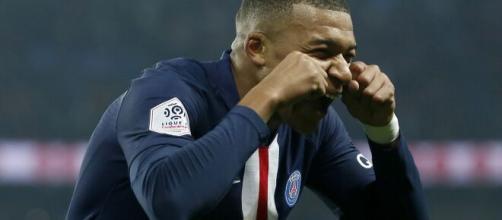 Kylian Mbappé clashe un supporter du PSG, la Toile s'enflamme