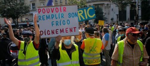 """Manifestantes de los """"chalecos amarillos"""" en las calles de París."""