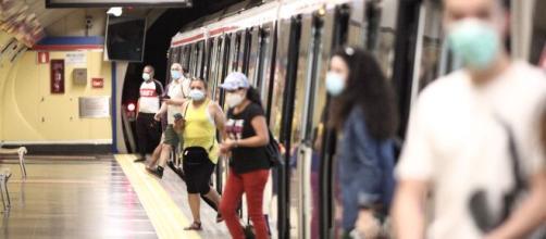 Expertos aseguran que el riesgo de contagios de COVID-19 en transporte público es bajo.