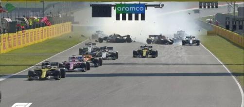 F1, Mugello: l'incidente sul rettilineo che ha portato ad un maxi tamponamento.