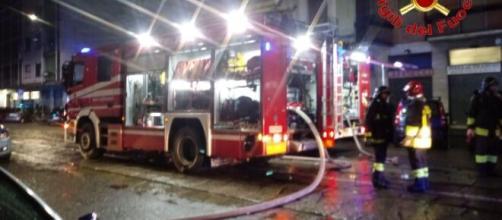 Milano, incendio nell'appartamento di un palazzo: deceduto un uomo di 62 anni.
