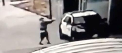 Homem flagrado em vídeo atirando contra viatura da polícia nos EUA. (Reprodução)