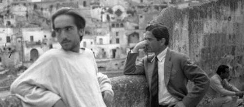 """Irazoqui assieme a Pasolini durante le riprese del film """"Il Vangelo secondo Matteo"""" a Matera."""