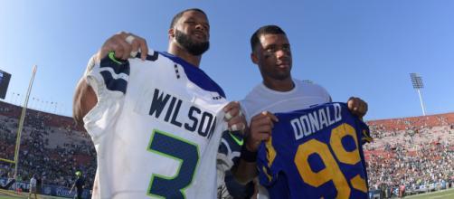 Russell Wilson e Aaron Donald são os principais nomes da divisão oeste da NFC, defendendo Seahawks e Rams. (Arquivo Blasting News)