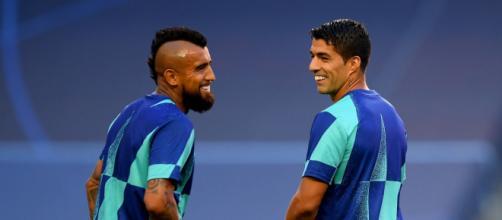 O chileno Vidal e o uruguaio Suarez devem deixar o Barcelona e migrar para o futebol italiano, defendendo Inter e Juventus respectivamente