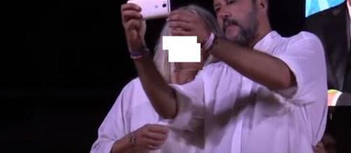 Un selfie scattato da Salvini (Ph. Youtube risalente al 2019)