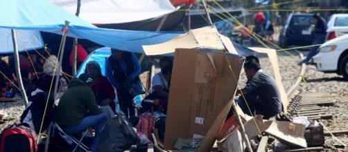 Maestros bloquean vías férreas en Michoacán para exigir mejoras socio-económicas. - expansion.mx