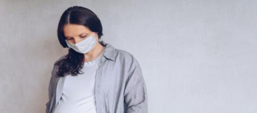 El coronavirus durante el embarazo aumenta el riesgo de partos prematuros, según BMJ.