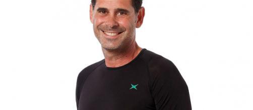 Fernando Hierro posando con la camiseta de infrarrojos que sirve para tratar el COVID-19