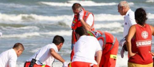 San Benedetto del Tronto, ragazza ritrovata in mare: si cerca il compagno.