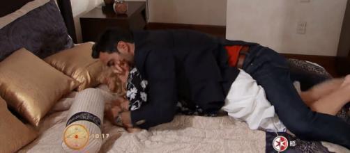 José Luis tenta fazer amor a força com Montserrat. (Reprodução/Televisa)