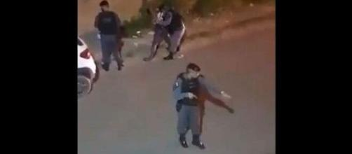 Policial imobiliza e surra mulher negra. (Reprodução/Redes Sociais)