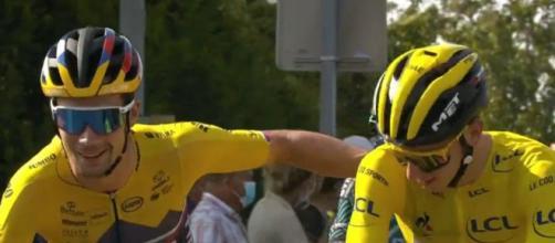 Roglic e Pogacar al via dell'ultima tappa del Tour de France