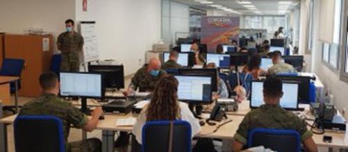 Aspecto de una sala de rastreo militar contra el Coronavirus, el trabajo es principalmente de oficina y vía temática