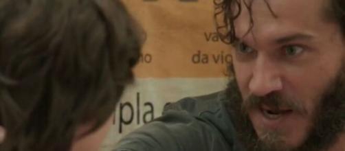 Carlinhos furtará o bar da mãe em 'Totalmente Demais'. (Reprodução/ TV Globo).