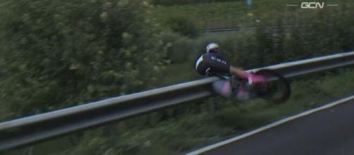 La caduta di Chloe Dygert ai Mondiali a cronometro di Imola.